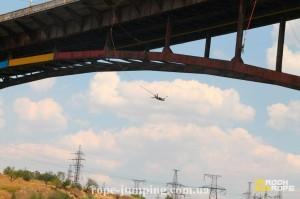 Прыжок с моста на резинке